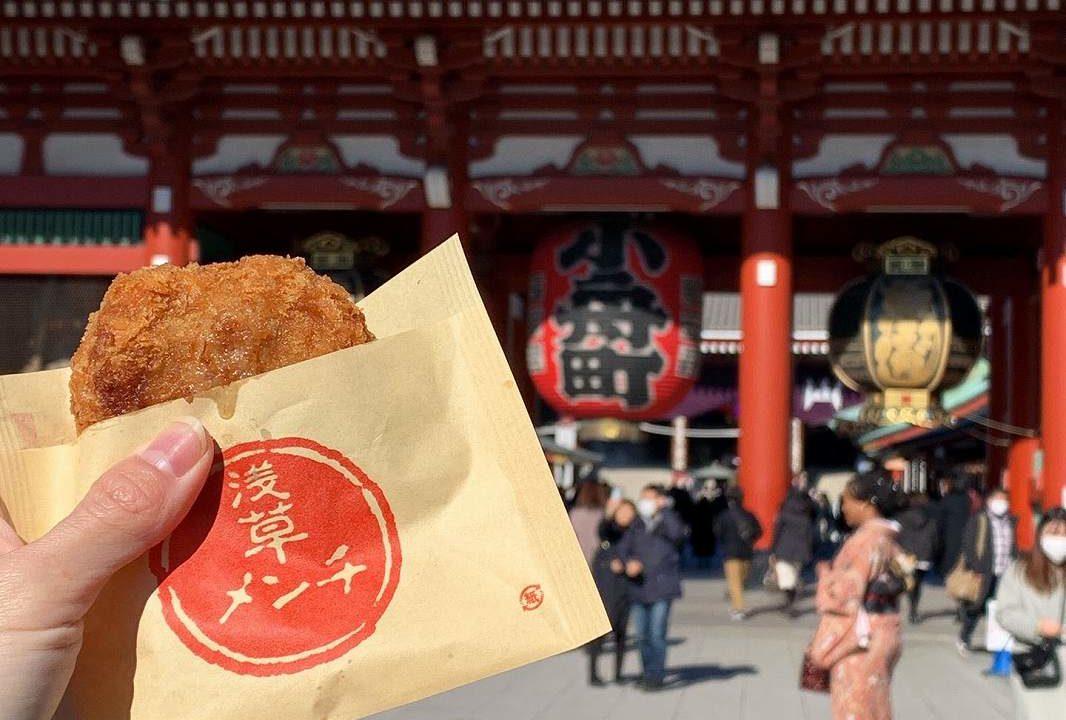 浅草寺で食べる浅草メンチ